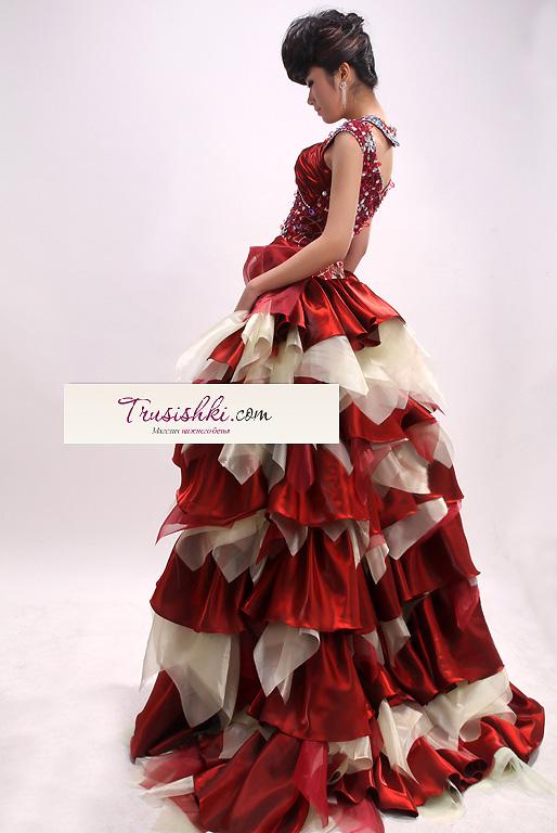 Шикарное красное короткое платье с пышным шлейфом.